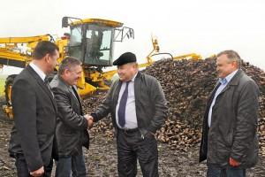 Губернатор области А.П. Козлов благодарит С.Н. Дрогайцева за успешную работу холдинга «Белый Фрегат» в отраслях растениеводства