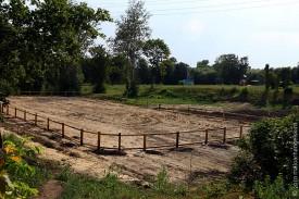 На месте небольшого пруда в Никулинском саду в 2010 году появилась коробка для игры в хоккей