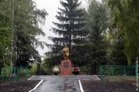 Памятник солдатам, погибшим во время Великой Отечественной, в Репьёвке