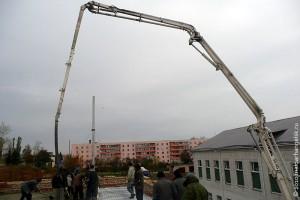 Идёт бетонирование крыши школы в Малоархангельске