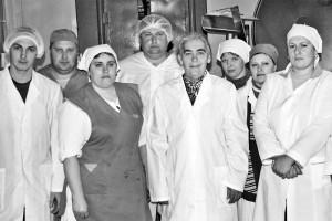 А.И. Писарева с работниками колбасного цеха.