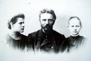Учитель Топковской земской школы Ардалион Иванович Замятин со своими дочерьми Анной и Екатериной.