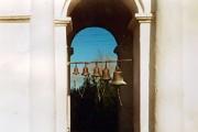 На колокольне находится один большой и несколько маленьких колоколов