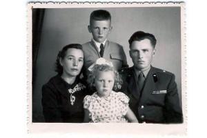 Бабушке около 30 лет, она со своей семьей.
