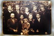 Семья Бородиновых. Во втором ряду слева родители, справа Михаил Иванович с женой и сыном. В первом ряду второй слева — Николай Иванович Бородинов.