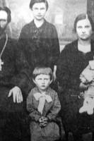 Последний священник Богоявленской церкви отец Виктор Иванов. Был расстрелян в 1930 году (на фото — с женой и детьми).