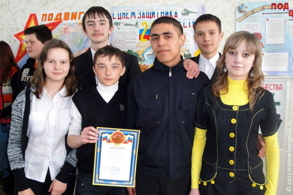 Победители с дипломом в руках.