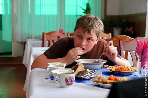 Посетитель ресторана Ливадия ест суп.