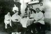 Большая семья Столяровых в саду у своего дома.