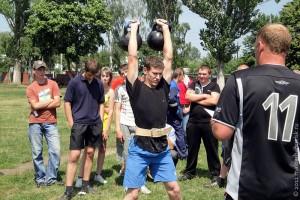 Две гири по 24 килограмма каждая Дмитрий Шелков поднял 50 раз.