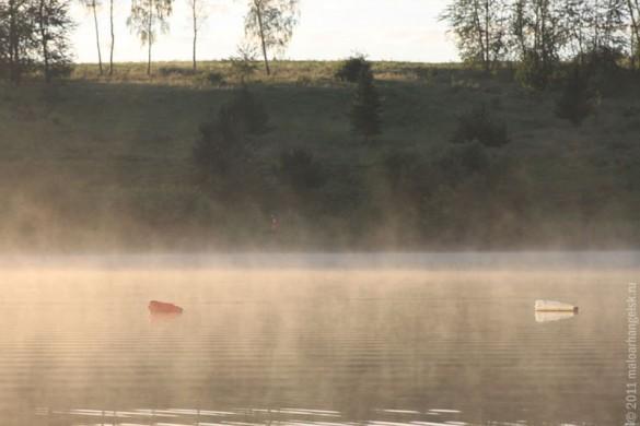 Над водой густой туман.