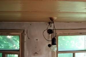 Лампочка. Открытая проводка — характерная особенность.