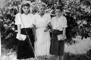 Молодые учителя легостаевской школы, справа — М. С. Белоусова.