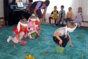 Праздник осени в Тиняковском детском саду. Дети играют.