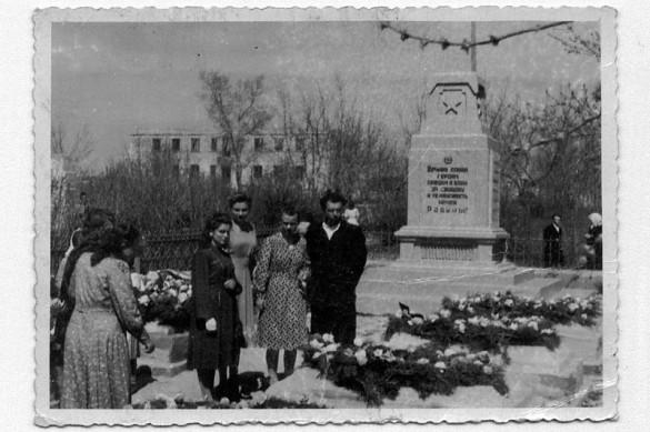 Митинг в городском сквере у памятника Советским Воинам. На заднем плане разрушенное здание — ныне федеральный суд, ранее РК ВЛКСМ.