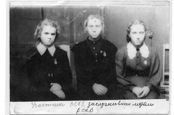 Участники ВСХВ, заслужившие медали ВСХВ. Слева направо: Разинкова Галина, Петрова Тамара, Петелина Валя (1957).