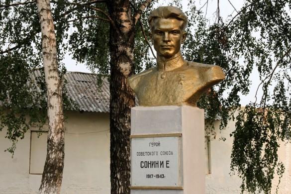 Памятник Сонину в Малоархангельске.