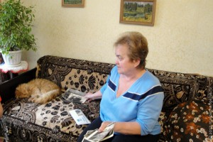 Галина Ивановна Светлых рассматривает семейный альбом.