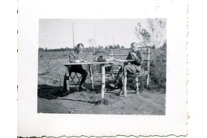 Немецкие солдаты за столом.