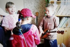 Дети в музыкальной школе познакомились с инструментами.