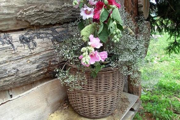 Корзина с цветами у входа в жилище Бабы Яги.