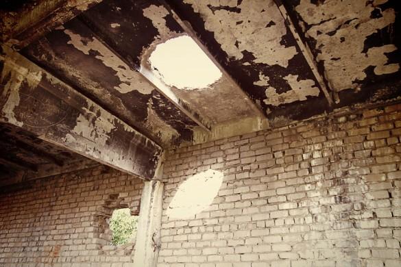 Дыра круглая в перекрытии здания котельной.