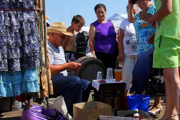 Малоархангельский рынок: торговец квасом.