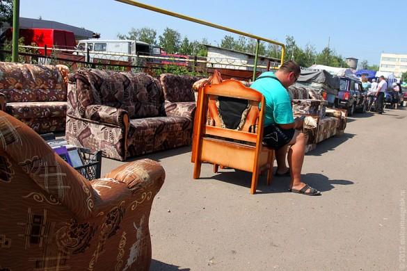 Мебель на малоархангельском рынке.