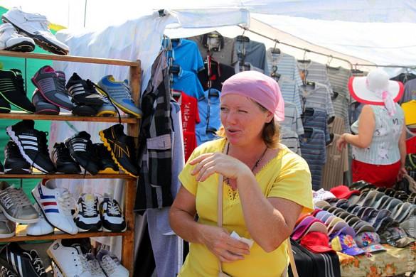 Малоархангельский рынок: продавщица.