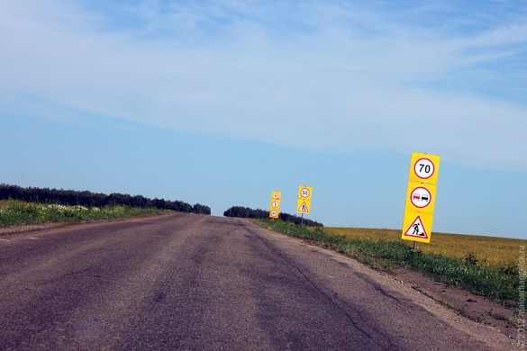 Знаки ограничения скорости на дороге Глазуновка — Малоархангельск.