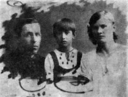 Семен и Аграфена Медведковы (погибли в 1943 году) и дочка Аллочка.