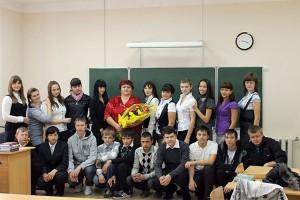 Десятиклассники поздравляют свою классную руководительницу.