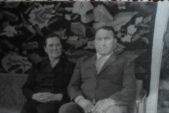 Супруги Легостаевы на фоне домотканного ковра.