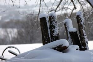 Лавочка под снегом.