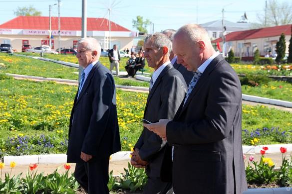 В едином строю идут руководители района и простые жители города.