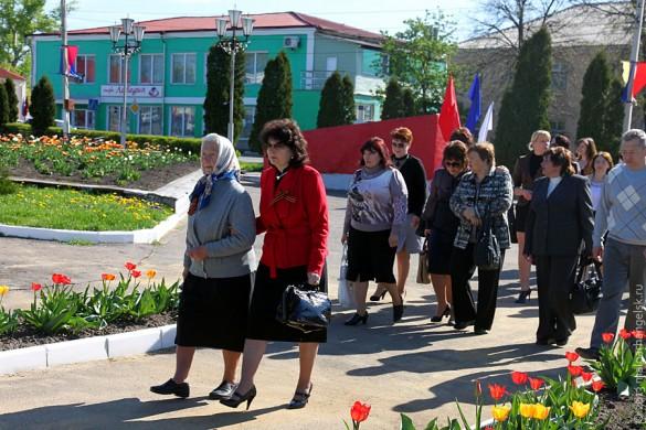 Идут работники предприятий Малоархангельского района, ветераны.