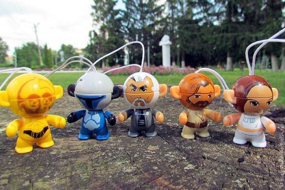 Протокольный дроид C-3PO, астромеханический дроид R2-D2, Великий Джедай граф Дуку, второй учитель Энакина, первый учитель Люка Оби-Ван Кеноби, а также Принцесса Лея , видный политический деятель и руководитель планеты Альдераан (на фото слева направо).