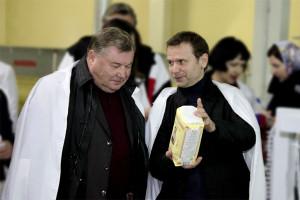 Александр Козлов и Вадим Ремизов во время визита губернатора на мукомольное предприятие, отданное в управление ООО «Вятичи».