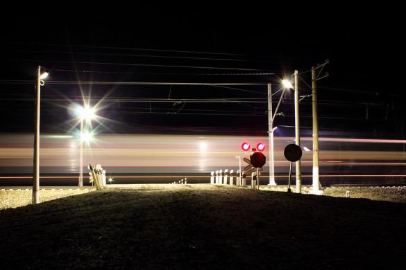 Переезд на ст. Малоархангельск в момент прохождения пассажирского поезда.