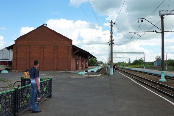 Первая платформа станции Малоархангельск и старый ангар.