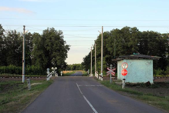 Железнодорожный переезд, перегон Глазуновка — Малоархангельск между о.п. 452 км и ст. Малоархангельск.