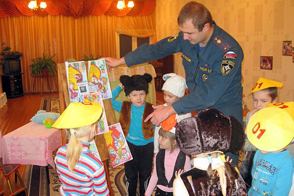 Выпускник вуза МЧС России неожиданно для себя, придя на урок безопасности, попал на театрализованное противопожарное представление в детском саду.