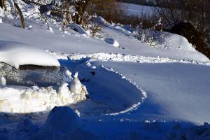 Февральский снег: глубокий, белый.