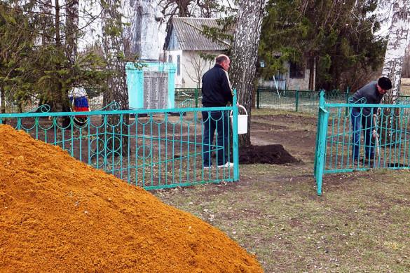 Идет ремонт на братском захоронении в селе Губкино.