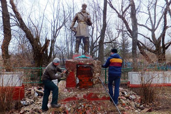 Идет ремонт на братском захоронении в селе Удерево.