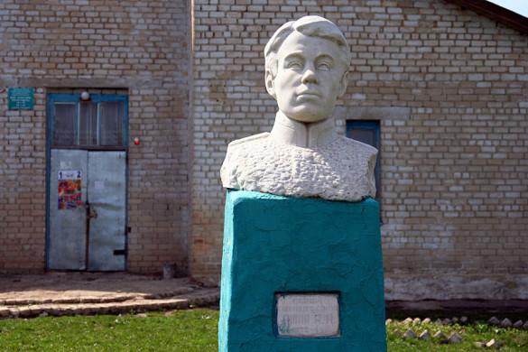 Памятник Яшину у Дома культуры в деревне Александровка Ленинского сельского поселения.