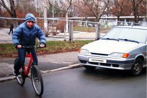 Велосипедист на дороге.