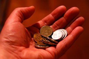 Монетки в руке.