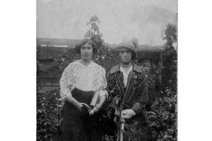 На заднем плане Исаев Сергей Николаевич (1825 г. рождения), на переднем плане две жительницы Малоархангельска.