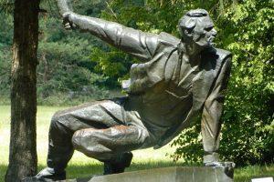 """Скульптура """"Партизан в засаде"""", расположенная в Брянске, на """"Партизанской поляне, стала символом вечной силы духа сражавшихся людей. Фото: Из личного архива семьи Хрипуновых"""